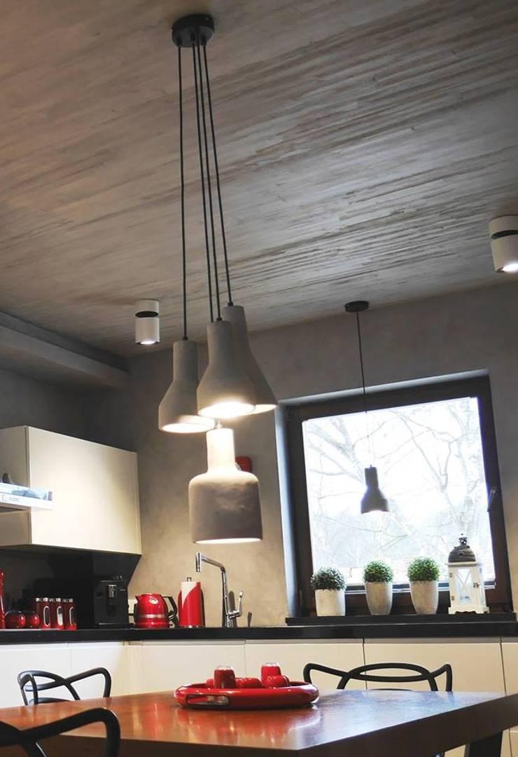 Beton na suficie w kuchni: styl , w kategorii Kuchnia zaprojektowany przez Studio Stylizacji Wnętrz i Wizerunku,