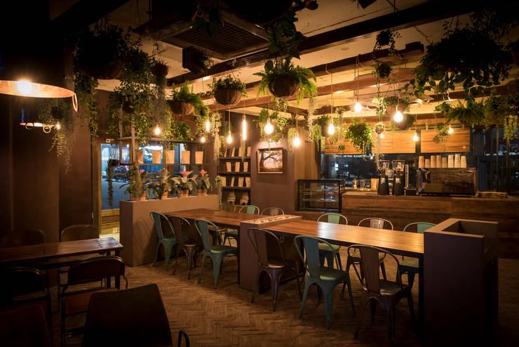 카페 필그림 - cafe 인테리어 : 므나 디자인 스튜디오의  상업 공간