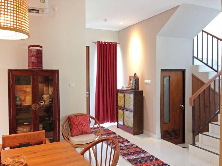 Interior Residential – Lanata 2 Residence:  Ruang Makan by RANAH