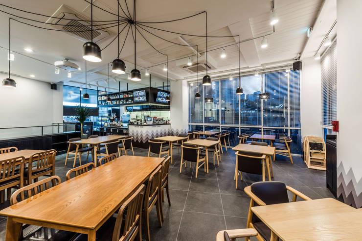 CAFE THE DEEP - BRUNCH & COFFEE (카페 더 딥): 커스텀 디자인 랩의  상업 공간