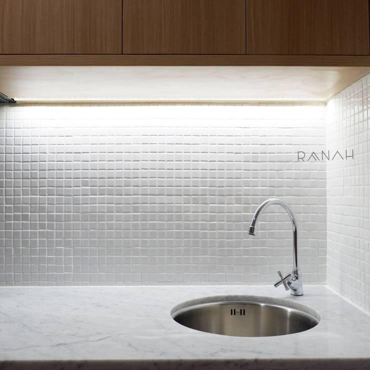 Studio Apartment – Woodland Park Kalibata:  Dapur by RANAH