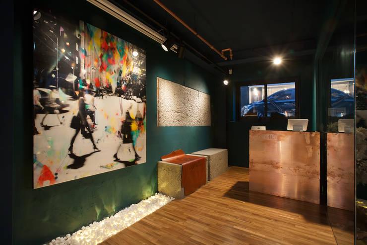Camuffa Showroom- Premium Sneakers Brand Camuffa: O-Scape Architecten의  거실