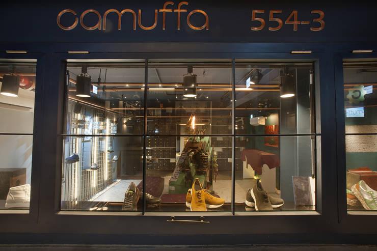 Camuffa Showroom- Premium Sneakers Brand Camuffa: O-Scape Architecten의  복도 & 현관