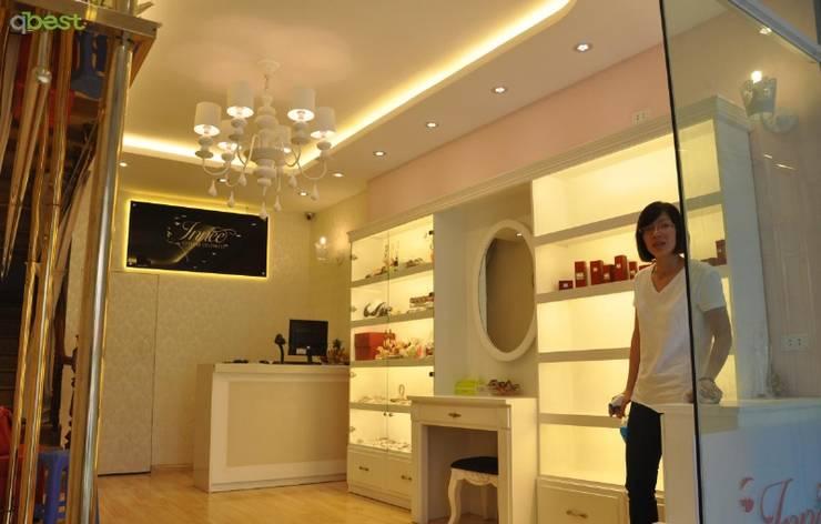 Thiết kế và thi công nội thất shop thời trang INNEE - Tây Sơn, Hà Nội:   by Công ty TNHH Thiết Kế và Ứng Dụng QBEST