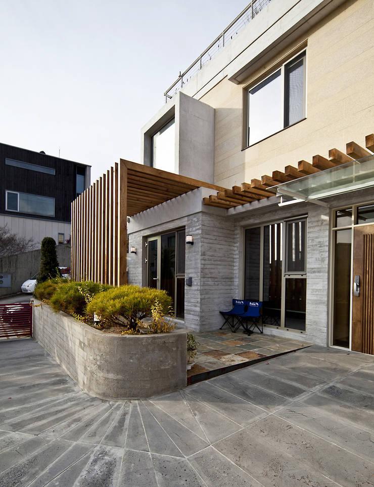 분당 이매동 주택 <Fragrant hill house>: 더 이레츠 건축가 그룹의  창문