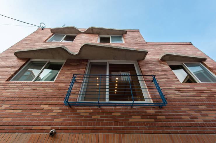 신길동 주택: 더 이레츠 건축가 그룹의  창문,