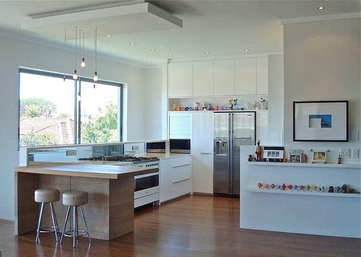 White Kitchen:  Kitchen by Turquoise , Modern