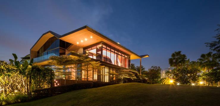 Exterior:  Rumah by E&U
