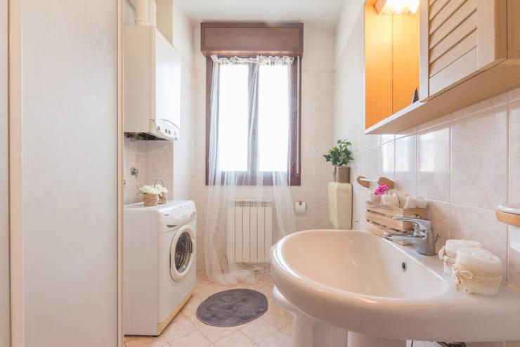Home Staging per la vendita di appartamento arredato e abitato: Bagno in stile  di Anna Leone Architetto Home Stager