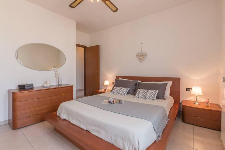 Home Staging per la vendita di appartamento arredato e abitato: Camera da letto in stile  di Anna Leone Architetto Home Stager