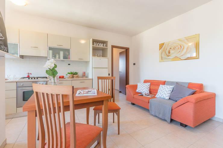 Home Staging per la vendita di appartamento arredato e abitato: Soggiorno in stile  di Anna Leone Architetto Home Stager