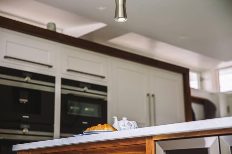 September Cottage - Collins Bespoke Architectural Kitchen Cuisine moderne par Collins Bespoke Limited Moderne Bois Effet bois