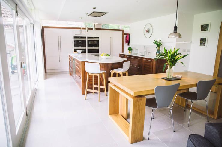 September Cottage - Collins Bespoke Architectural Kitchen Cuisine moderne par Collins Bespoke Limited Moderne Bois massif Multicolore