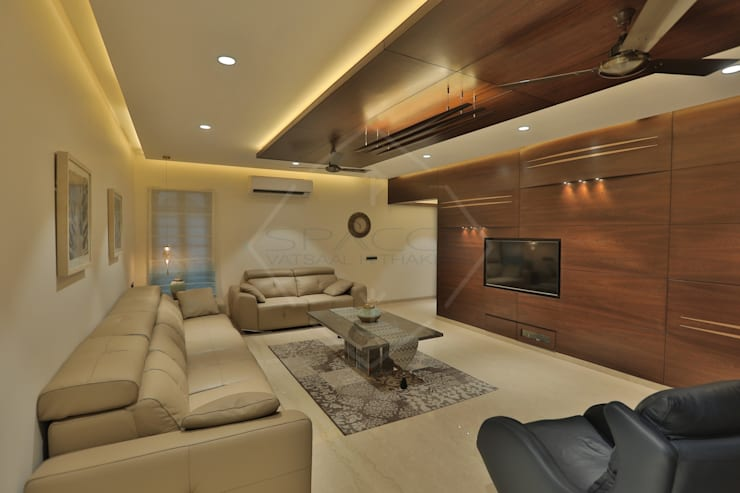 SKY DECK:  Living room by SPACCE INTERIORS