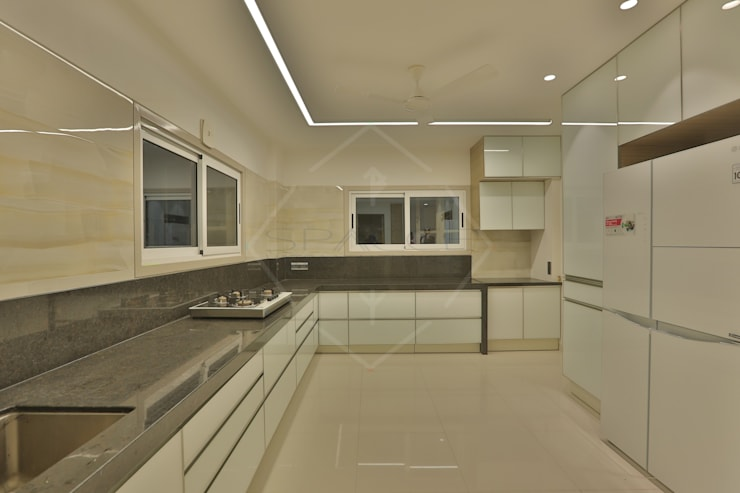 SKY DECK:  Kitchen by SPACCE INTERIORS