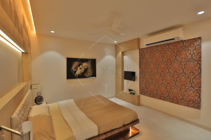 SKY DECK:  Bedroom by SPACCE INTERIORS