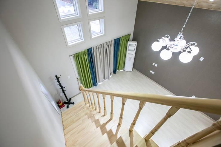 [경기 가평] 아웃도어 라이프스타일 주택: 한글주택(주)의  거실