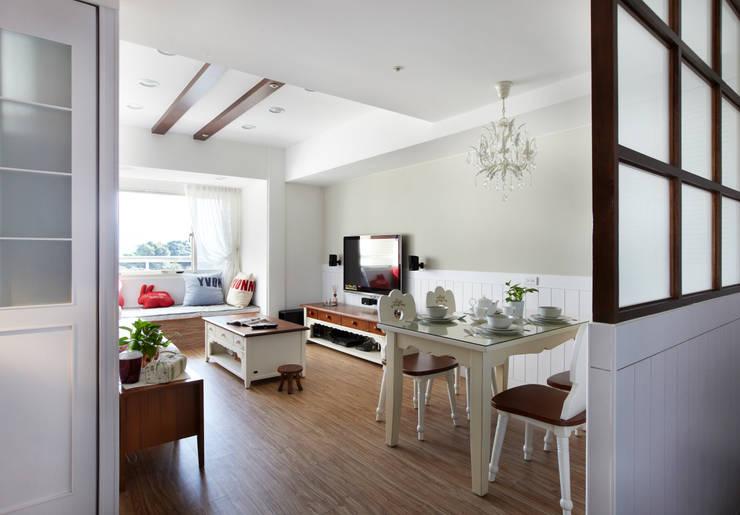 讓充滿大地色系的電視及餐廳前面呼應窗外的綠意吧:  客廳 by 弘悅國際室內裝修有限公司