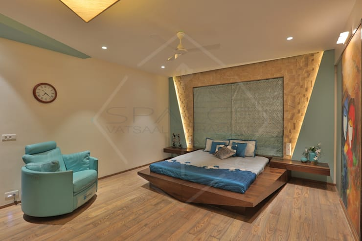 CAPITAL GREEN-2:  Bedroom by SPACCE INTERIORS