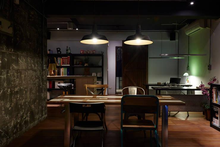 整個空間最核心的場域,這將會是第一眼所及的焦點,實木的溫潤質感更讓人有種安心的穩定感:  辦公室&店面 by 弘悅國際室內裝修有限公司