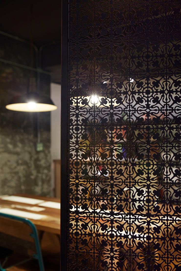 略帶民族風格的屏風其實起不了太大的遮擋實際效果,但是透過光影與紋路又形成另一組不同的視覺感:  辦公室&店面 by 弘悅國際室內裝修有限公司