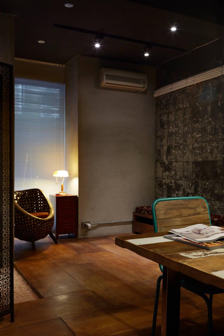 舊有的痕跡不用刻意去消除,保留牆面的紋路就像保護古蹟一樣值得一提,新作的水泥牆面光潔油亮與斑駁形成對比:  辦公室&店面 by 弘悅國際室內裝修有限公司