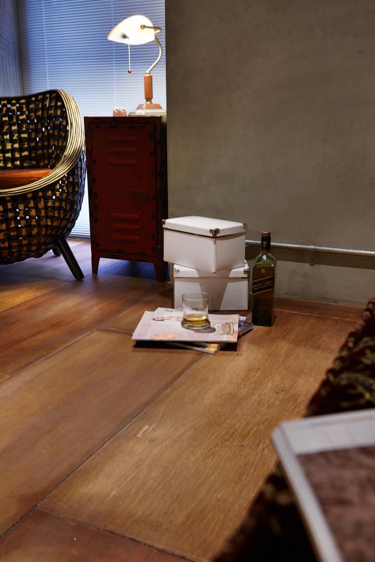 隨意擺放散落的物件顯示的木頭顏色的深淺變化,不用高級的實木也能享受木作溫暖的感受:  辦公室&店面 by 弘悅國際室內裝修有限公司