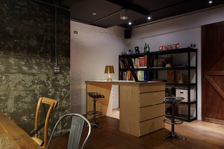 留存合板本身的紋路與缺陷而不加以修飾更能體現自然的存在感:  書房/辦公室 by 弘悅國際室內裝修有限公司