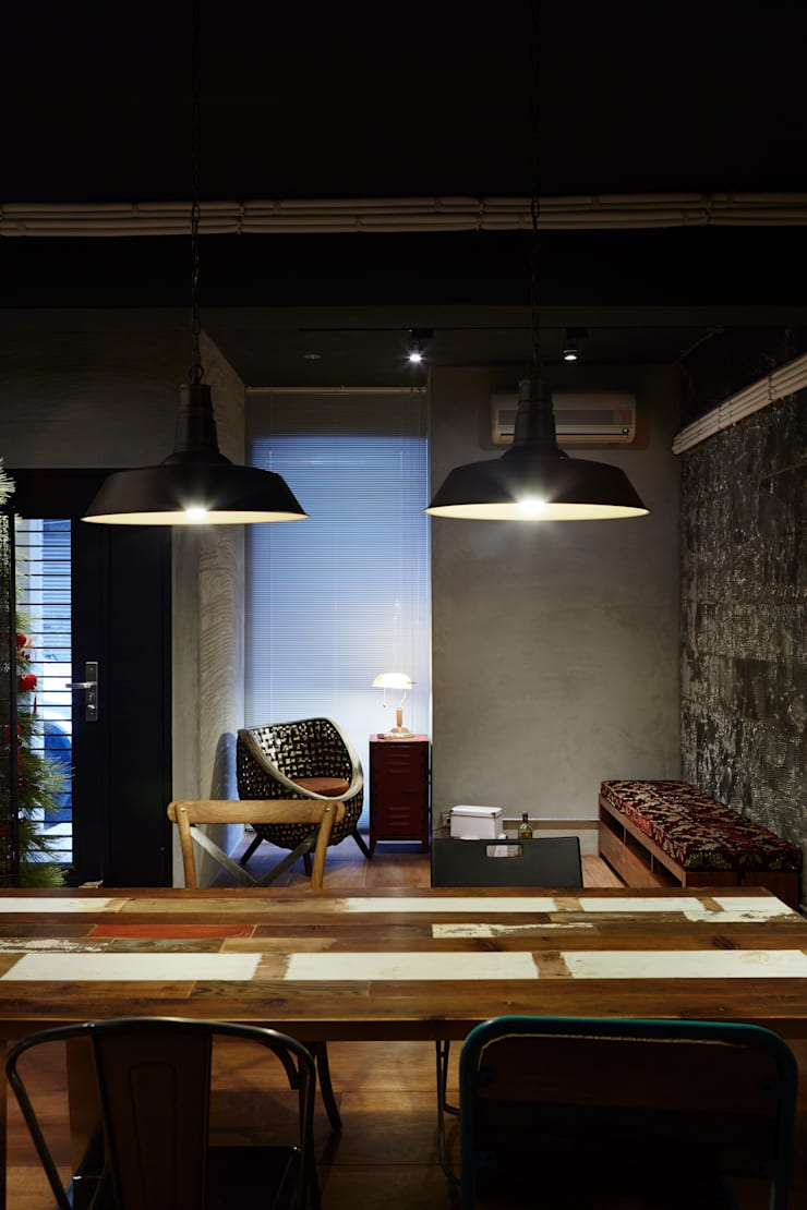 吊燈最能散放溫暖的溫度,在冷冽的空間中更顯溫度:  辦公室&店面 by 弘悅國際室內裝修有限公司
