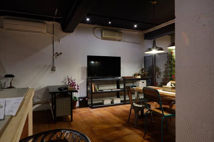 黑與白中間存在著灰色,設計沒有絕對,求的是協調的和諧感受:  辦公室&店面 by 弘悅國際室內裝修有限公司
