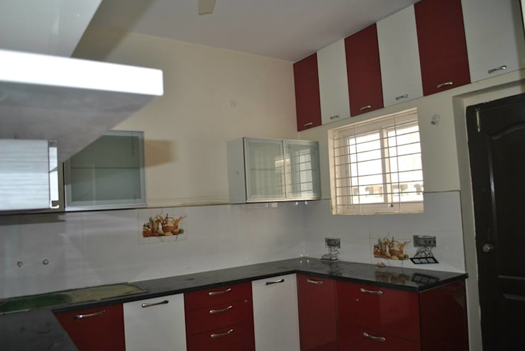 MODULAR KITCHEN IN FARIDABAD:  Kitchen by MAJESTIC INTERIORS
