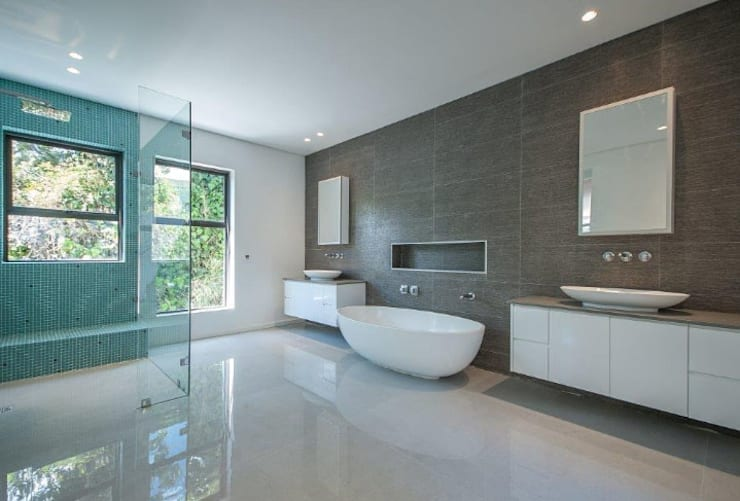 Master bathroom.:  Bathroom by Architectural Hub