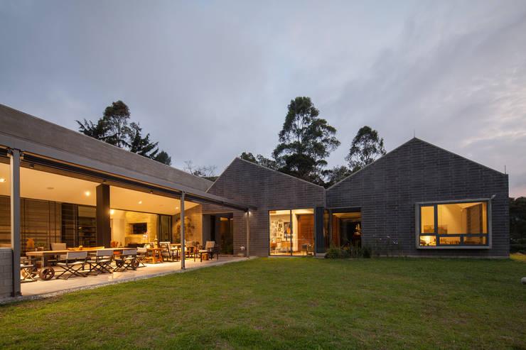 Casa La Querencia: Casas de estilo  por toroposada arquitectos sas