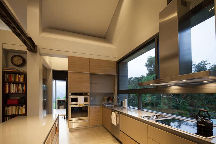 Casa La Querencia: Cocinas de estilo  por toroposada arquitectos sas
