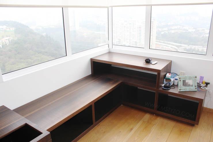 Espacio de guarda: Recámaras de estilo  por MSTYZO Diseño y fabricación de mobiliario