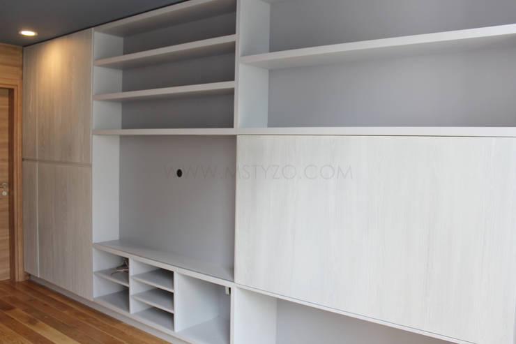 Vista general: Salas multimedia de estilo  por MSTYZO Diseño y fabricación de mobiliario