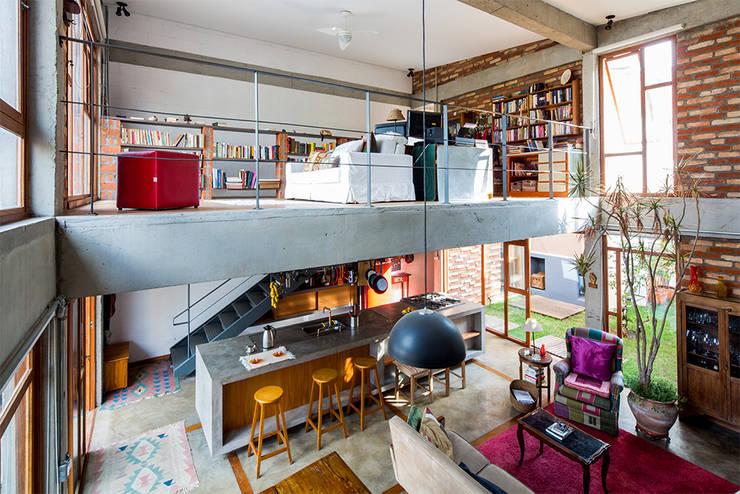 Salas de estilo moderno por Grupo Garoa Arquitetos associados