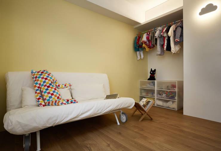 為了成長而預留的空白,使用簡單的傢俱滿足目前的使用需求,未來更能依照狀況調整:  嬰兒/兒童房 by 弘悅國際室內裝修有限公司