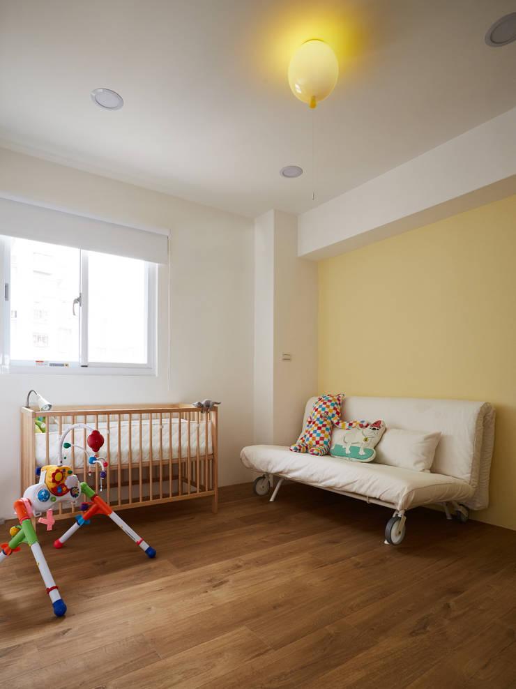 保留大面積的活動空間滿足好動的小嬰孩:  嬰兒房/兒童房 by 弘悅國際室內裝修有限公司