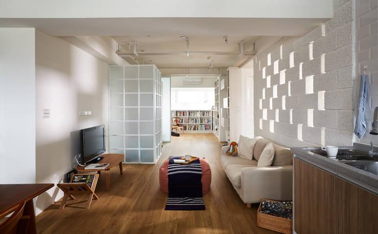 打開了隔間讓室內視野的延伸更向前一步:  客廳 by 弘悅國際室內裝修有限公司