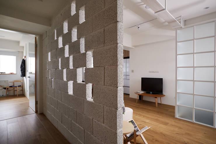 偶爾點綴的磚牆粗糙紋理透過光線的演繹形塑輕鬆自然的居家感受:  走廊 & 玄關 by 弘悅國際室內裝修有限公司