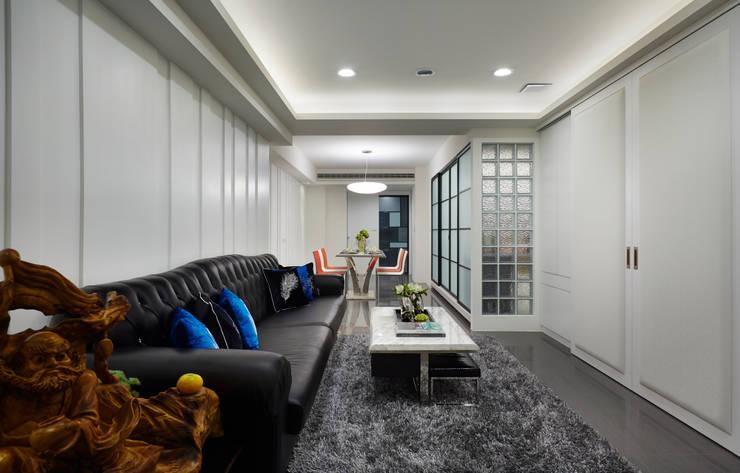 Living room by 弘悅國際室內裝修有限公司