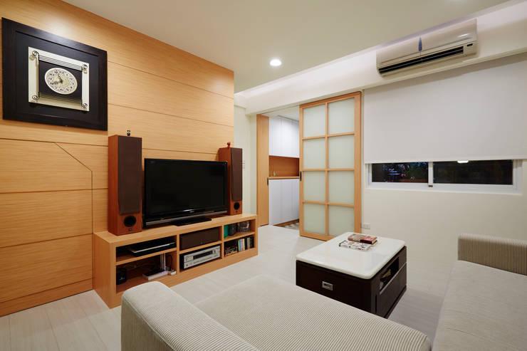 因為喜歡木頭溫潤的質感,所以電視櫃只有簡單的單一色系:  客廳 by 弘悅國際室內裝修有限公司
