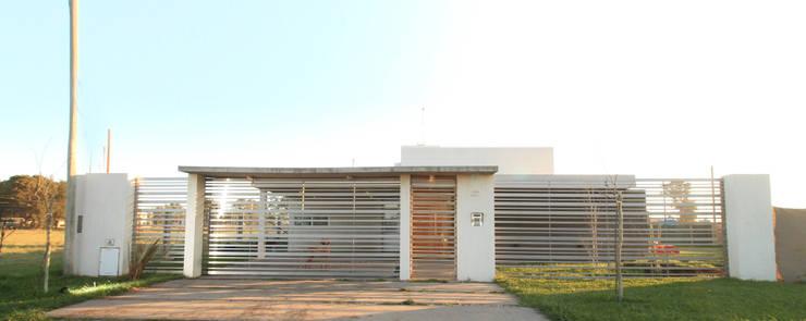 CASA OP - Barrio Patagonia Norte - Ciudad de Bahía Blanca: Casas de estilo  por MSA ESTUDIO DE ARQUITECTURA,Moderno