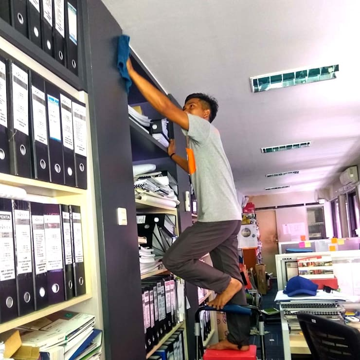 Cleaning Service Kantor:  Gedung perkantoran by SapuBersih.id