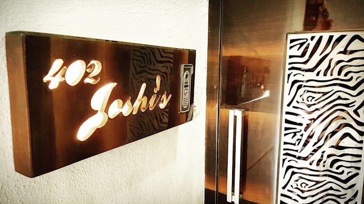 Entrance Door and Name Plate :  Houses by SUMEDHRUVI DESIGN STUDIO