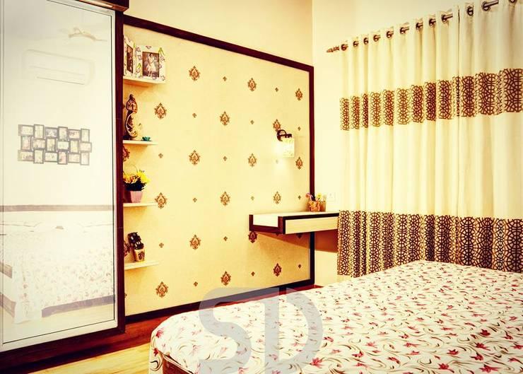 Master Bedroom Dressing & Study Area:  Bedroom by SUMEDHRUVI DESIGN STUDIO