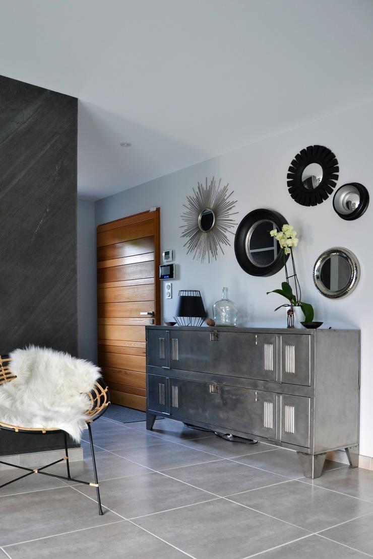 Villa - Drôme Provençale: Couloir et hall d'entrée de style  par Agence Maïlys MOUTON