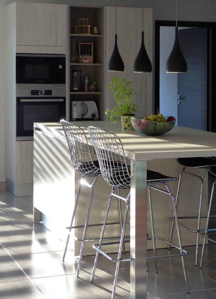 Villa – Drôme Provençale: Cuisine de style  par Agence Maïlys MOUTON