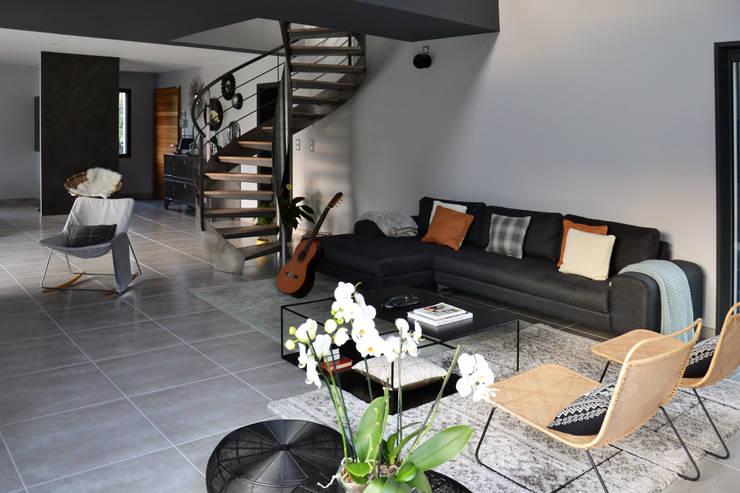 Villa – Drôme Provençale: Salon de style  par Agence Maïlys MOUTON